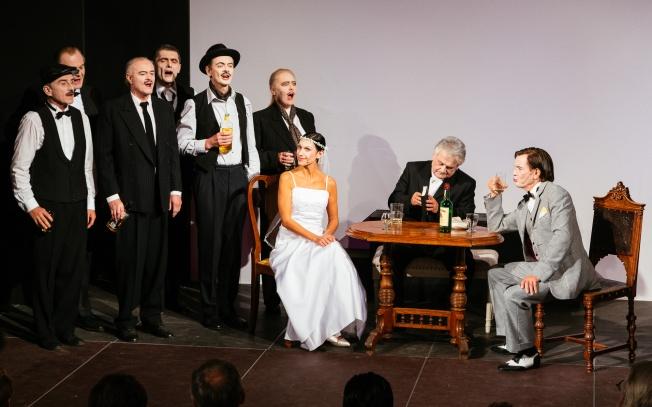 Die Gauner mit ihrem  Chef Macheath Hans Holzmann und dessen Brauch Polly Doris Jauk