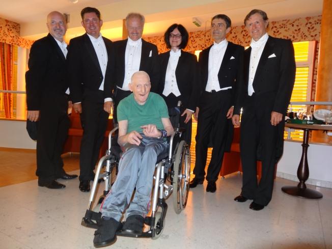 Die Comedian Harmonists mit einem begeisterten Zuhörer im Altenheim Kirschenallee - Deutschlandsberg
